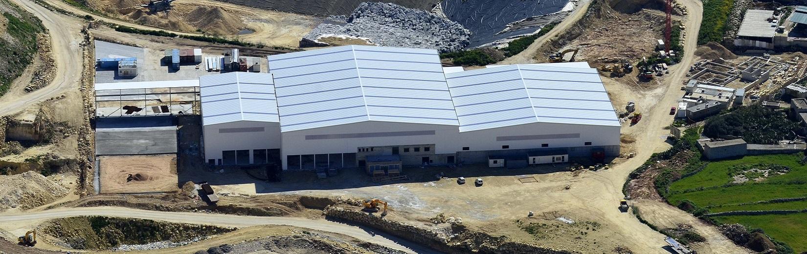 Prefabrykowane hale metalowe o dużym prześwicie i modułowych konstrukcjach metalowych.