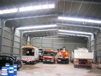Almacén de maquinaria. 700 m2. Cubierta y fachadas en chapa simple. Vitoria (Álava)