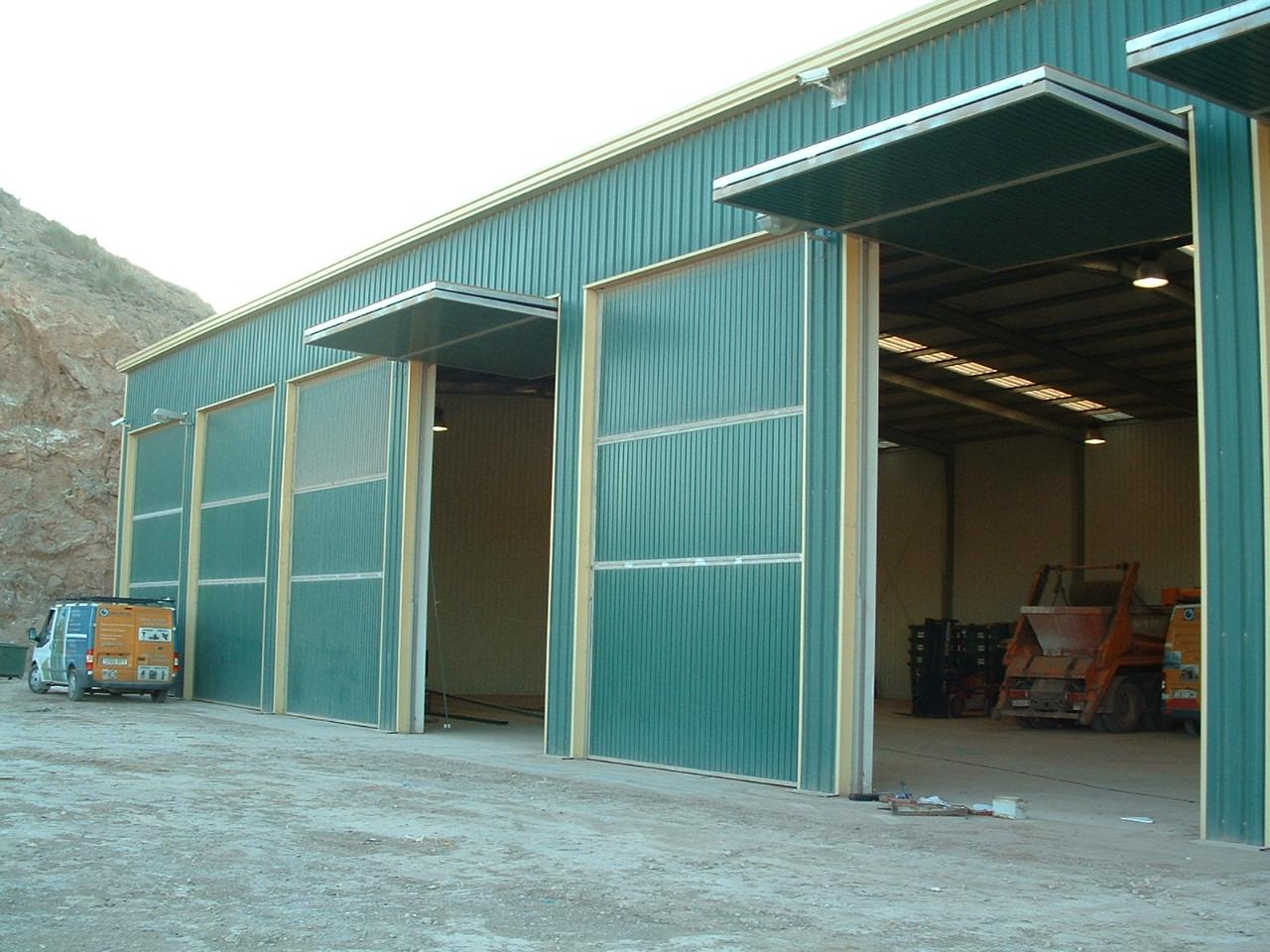 Montaje de puertas en estructura metálica modular
